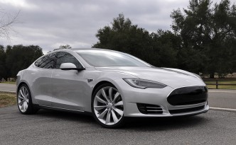 2012-Tesla-Model-S-passengers-side-front-three-quarters