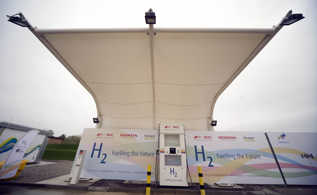FIrst Commercial-Scale Solar Hydrogen Fuel Station Opens in UK