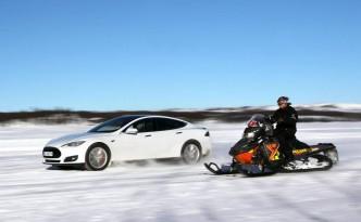 Tesla Model S vs. Snowmobile  (c) Petter Handeland
